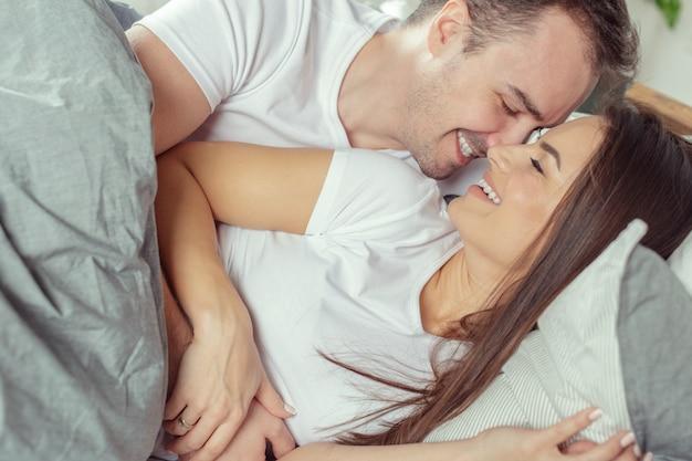 美しいロマンチックなカップル前ベッドの前戯