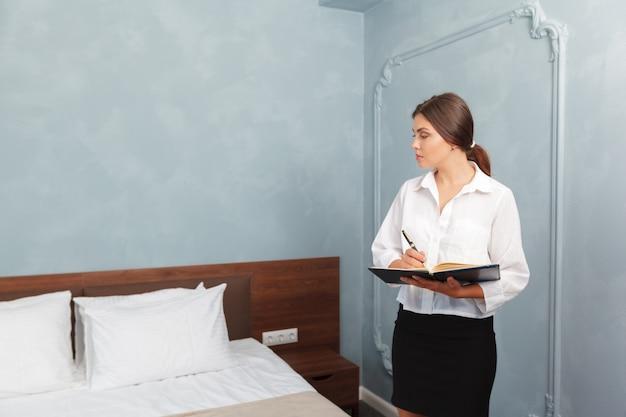 ホテルの管理者がクリップボードに書き込む