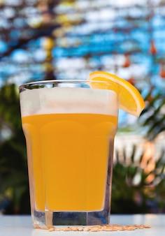泡が付いている軽い未ろ過ビール