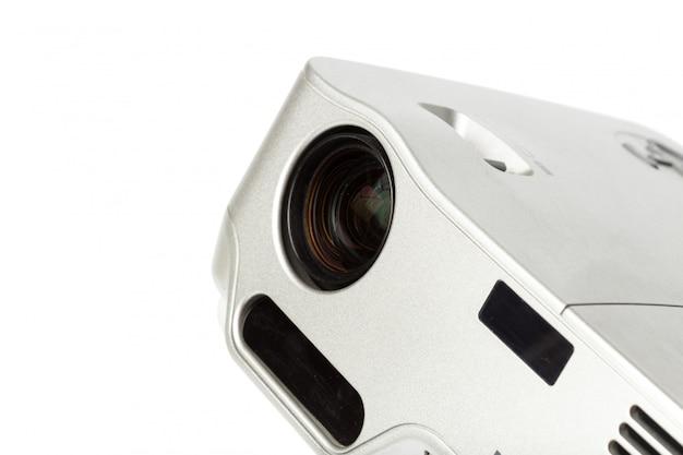 Проектор мультимедийный серебристого цвета на белом