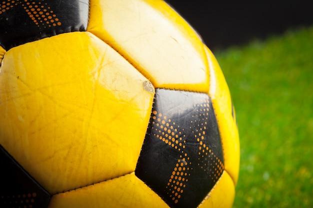緑の野原にサッカーボール