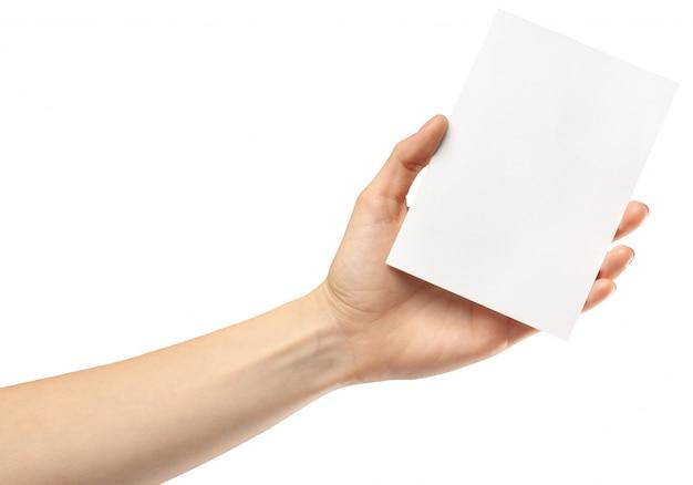 Руки держат чистый лист бумаги на белом