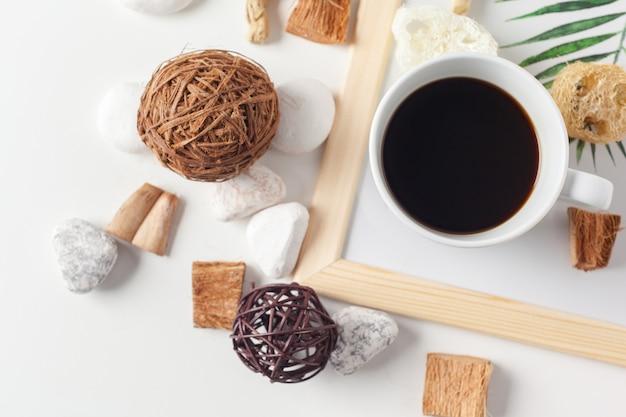 中立的なパターンを持つコーヒーカップ