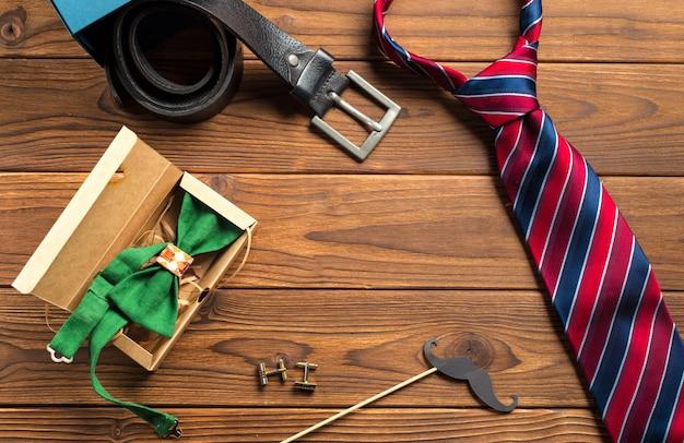 父の日おめでとう。木製のテーブルを結ぶ