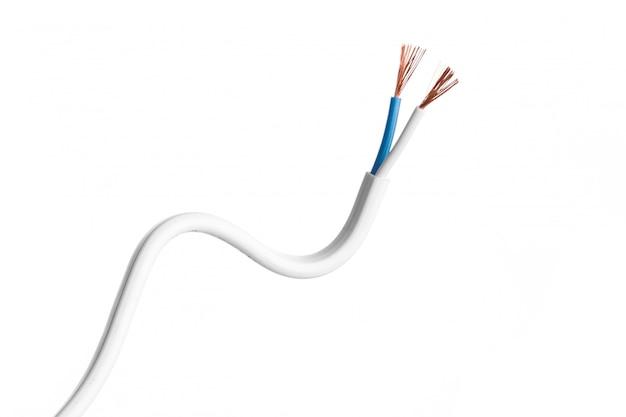 白で隔離される電気ケーブル