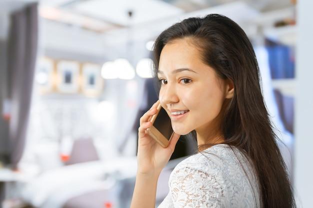 携帯電話で幸せな笑顔成功した実業家