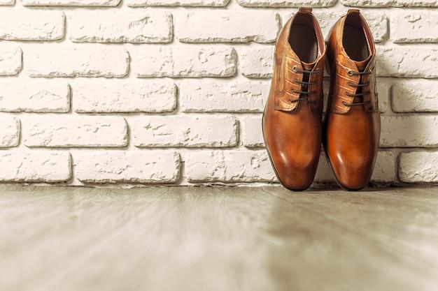 Концепция моды с мужской обуви на деревянном
