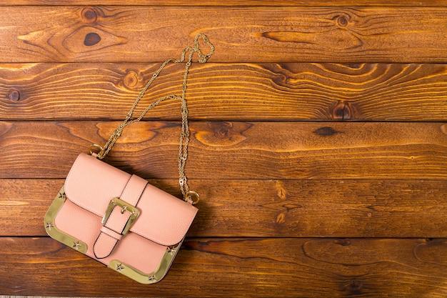 木製のテーブルの上の小さなハンドバッグ