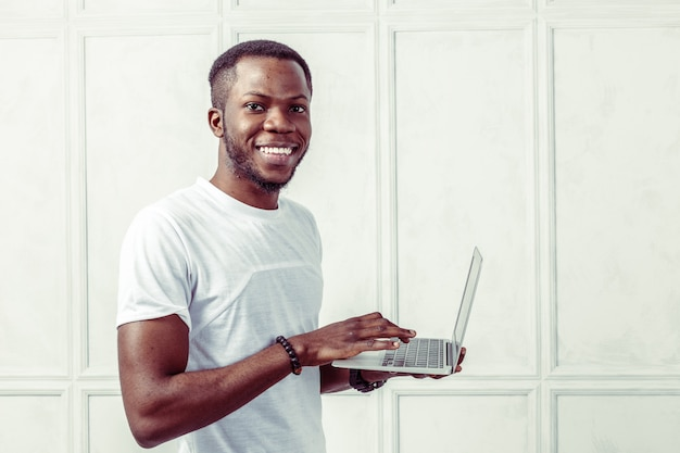 アフリカの若い男持株ラップトップ