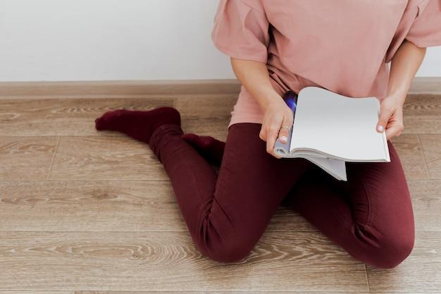 雑誌を読む女