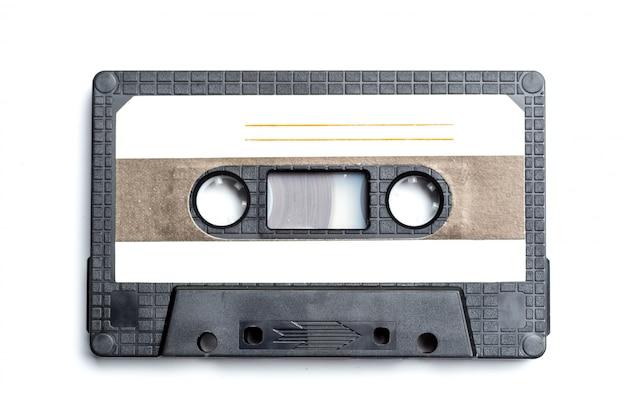 白で隔離されるヴィンテージのカセットテープ
