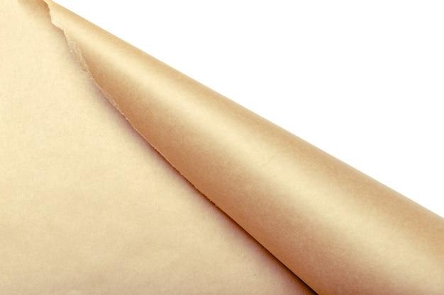 白いパッケージを明らかにするために引き裂かれた茶色の包装紙