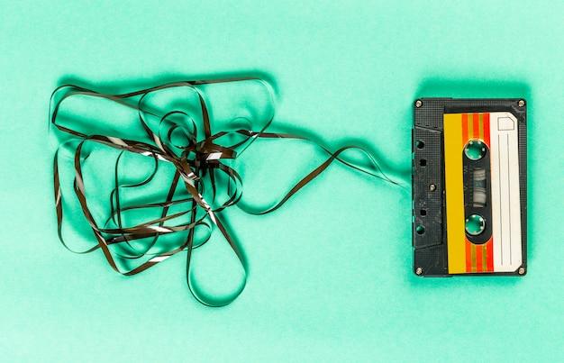 Старые аудиокассеты на бирюзе