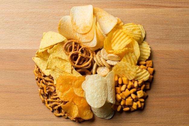 Соленые закуски. крендельки, чипсы, крекеры