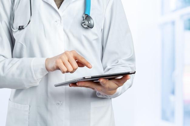 医者の手の中にコンピューターのタブレット