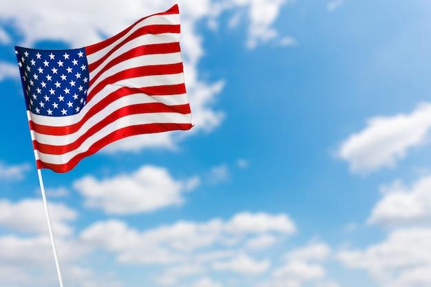 Американский флаг против голубого неба