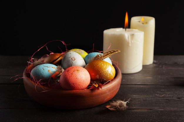 С пасхой! пасхальные яйца на деревянном