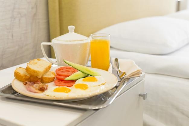 Завтрак в постель в гостиничном номере