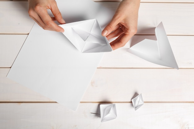 折り紙の紙の船を手作りのプロセス