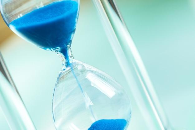 時間が経ちます。青い砂時計