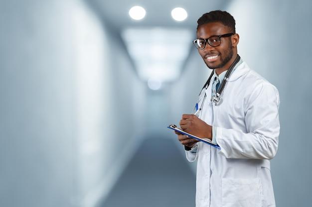 アフリカ系アメリカ人医師の男。