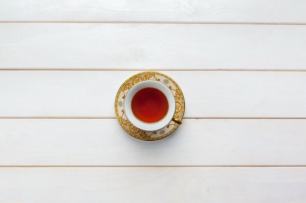 木製のテーブルの上のお茶