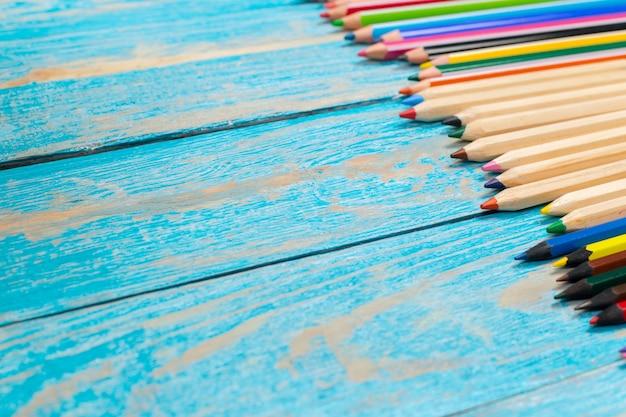 木の板に色鉛筆