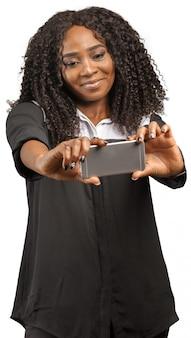 女性がスマートフォンを使用して