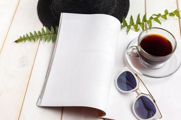 モックアップ雑誌や木製のテーブルのカタログ