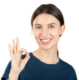 Женщина показывает знак ок