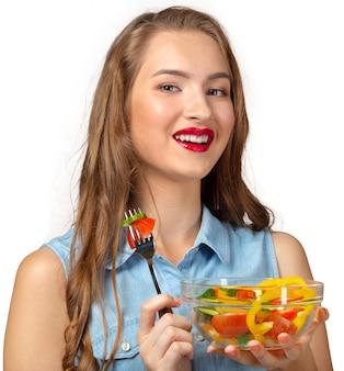 白い背景の上のサラダと健康的な女性