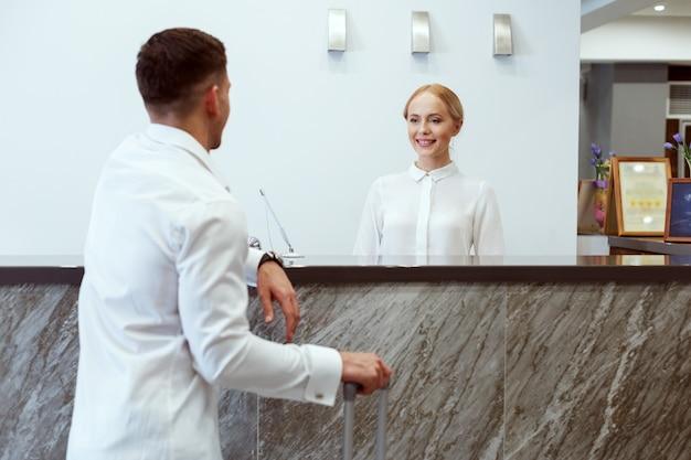 ホテルのフロントで男。