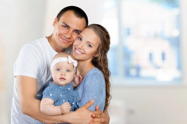 Счастливая молодая семья
