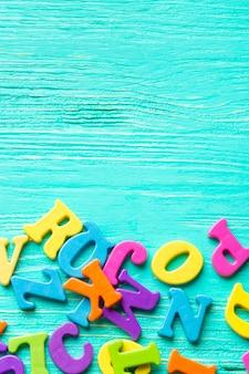 木製のテーブルに複数の色付きの文字