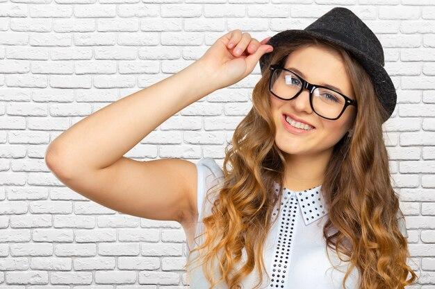 帽子のスリムなきれいな若い女の子