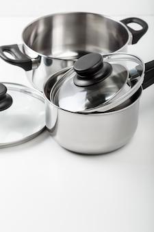 ステンレス鋼の鍋および鍋、白で隔離