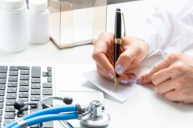 医者は処方薬を書く