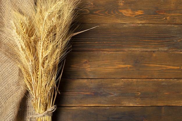 Колосья пшеницы на деревянном столе