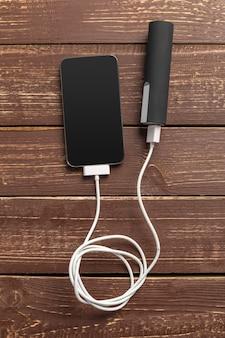 携帯電話はバッテリー電源銀行に接続します