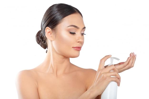 美容製品を展示するモデル