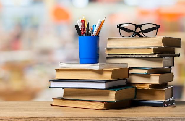 テーブルの上の本。