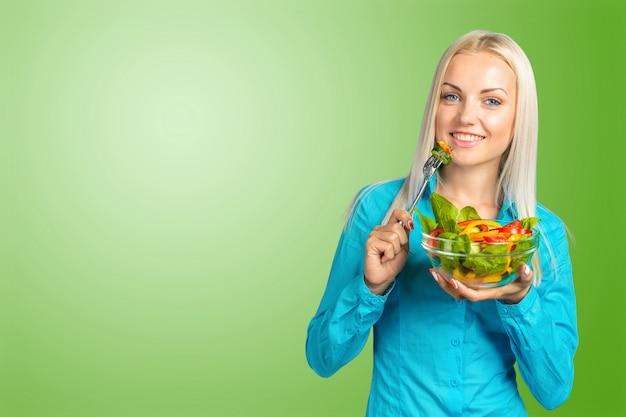 サラダを食べて美しい少女