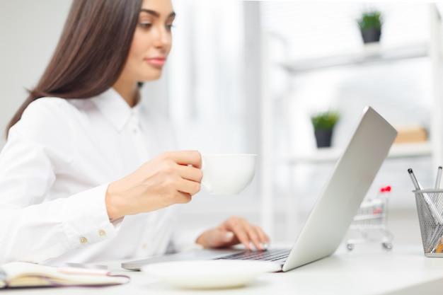 ビジネスの女性の事務所に勤務