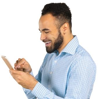 携帯電話を使用して幸せなアフリカ系アメリカ人の男