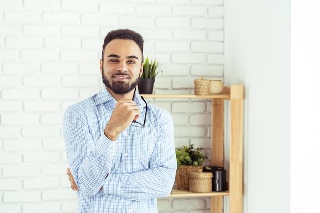 ハンサムな黒人のアフリカ系アメリカ人の男の肖像