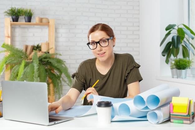建築家プロジェクトに取り組んでいる事務所の女性デザイナー
