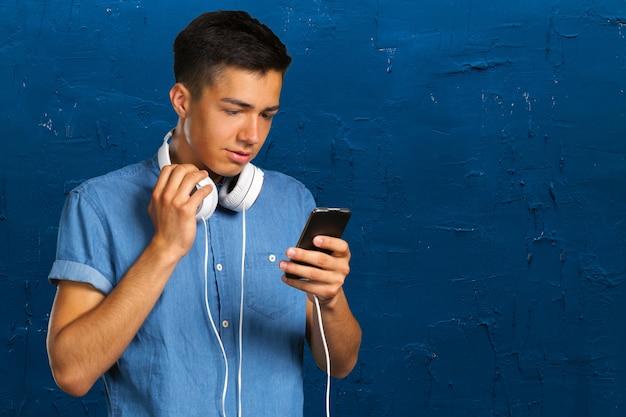 ヘッドフォンを持つ若者の肖像