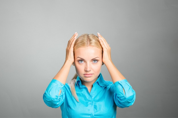 Боль усталая измученная напряженная женщина