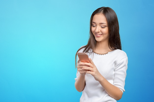 スマートフォンを使用してきれいな女のティーンエイジャー