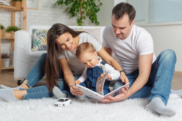 幸せなご家族一緒に本を読んで